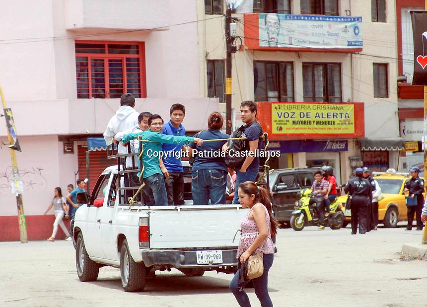 Paro empresarian ahoraca Oaxaca por 24 horas.<br /> <br /> Por Patricia Castellanos.<br /> <br /> Oaxaca de Ju&aacute;rez, Oax. 08/08/2016.- Luego del anuncio que hiciera Benjam&iacute;n Hern&aacute;ndez Guti&eacute;rrez, dirigente de la Confederaci&oacute;n Patronal de la Rep&uacute;blica Mexicana (Coparmex-Oaxaca), respecto al paro empresarial de 24 horas este 8 de agosto, 4 mil negocios y 120 hoteles pertenecientes a 40 c&aacute;maras y asociaciones empresariales, cerraron hoy sus puertas desde temprana hora este lunes en protesta a la ingobernabilidad que vive el estado, as&iacute; como por la omisi&oacute;n a la aplicaci&oacute;n de la ley ante las movilizaciones del magisterio adherido a la secci&oacute;n 22 de la Coordinadora Nacional de Trabajadores de la Educaci&oacute;n (CNTE), mismas que han perjudicado gravemente la econom&iacute;a de este sector.<br /> En este contexto, negocios ubicados principalmente en el primer cuadro del centro hist&oacute;rico de la capital oaxaque&ntilde;a, amanecieron cerrados, en tanto, algunos comercios m&aacute;s decidieron permanecer abiertos, lo anterior con el argumento de tener alimentos&nbsp;perecederos, o no compartir la ideolog&iacute;a con dichas&nbsp;c&aacute;maras empresariales.<br /> Y mientras empresarios pretend&iacute;an castigar al gobierno con su paro de 24 horas, comerciantes ambulantes aprovecharon para vender m&aacute;s de sus productos en el z&oacute;calo capitalino, pasando esta protesta &ldquo;sin pena, ni gloria&rdquo; para su sector de venta no establecida.<br /> <br /> Empresarios del transporte p&uacute;blico y tur&iacute;stico, se unieron tambi&eacute;n al paro empresarial de 24 horas, estacionando sus unidades en diferentes puntos de la entidad con pancartas de exigencia de una pronta soluci&oacute;n a la crisis econ&oacute;mica que viven ante las movilizaciones del magisterio de la secci&oacute;n 22 de la Coordinadora Nacional de Trabajadores de la Educaci&oacute;n (CNTE), as&iacute; mismo, agenci