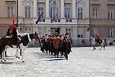 Vor dem kroatischen Parlament Sabor wechselt die Wache in historischen Kleidern. / Before the Sabor, the Croatian parliament, the guard changes in historical clothes.