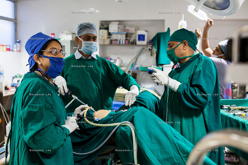 Dr. Nayana Patel (left) performs a laproscopy operation, on a patient in the operation theater of Akanksha IVF and Surrogacy Clinic in Anand, Gujarat, India on 11th December 2012. Photo by Suzanne Lee / Marie-Claire France