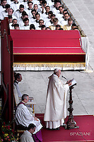 Pope Francis celebrates the canonization in St. Peter square at the Vatican.18 October 2015