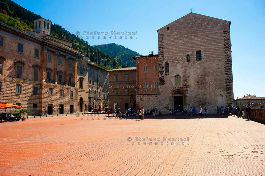 Gubbio, Il Palazzo del Podestà in Piazza Grande è dirimpetto al Palazzo dei Consoli, dalla parte opposta della piazza: venne iniziato tra il 1348 ed il 1349, con l'intento di creare un gemello di Palazzo dei Consoli, ma nel 1475 vennero fatti dei lavori che ne stravolsero il progetto iniziale. Oggi sede del Municipio,