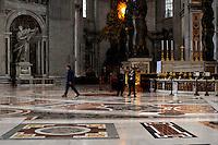 Baldacchino di Bernini. Addetto al controllo e alla sicurezza.Employeed to the control and safety.Basilica di San Pietro.Città del Vaticano.Vatican City.