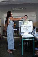 Atene,17 giugno 2012 elezioni politiche nazionali: una donna al voto in un seggio.<br /> Athens, June 17, 2012 national elections, voting<br /> Ath&egrave;nes, Juin 17, 2012 &eacute;lections nationales, les bureaux de vote