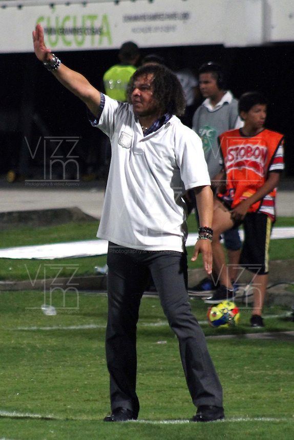 CUCUTA - COLOMBIA-27-04-2013: Alberto Gamero director técnico del Boyaca Chico F.C. da instruccciones a los jugadores durante partido en el estadio General Santander de la ciudad de Cucuta, abril 27 de 2013. Cucuta Deportivo y Boyaca Chico F.C. durante partido por la decimotercera fecha de la Liga Postobon I. (Foto: VizzorImage / Manuel Hernandez / Str).  Alberto Gamero coach of Boyaca Chico F.C. gives instructions to the playeres during game in the Genaral Santander stadium in Cucuta City, April 27, 2013. Cucuta Deportivo and Boyaca Chico in a match for the thirteenth round of the Postobon League I. (Photo: VizzorImage / Manuel Hernandez / Str)..