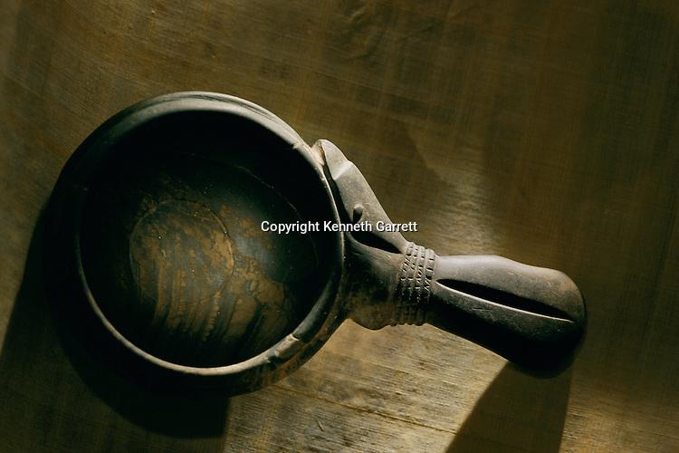 A schist cosmetic spoon, Naqada III period
