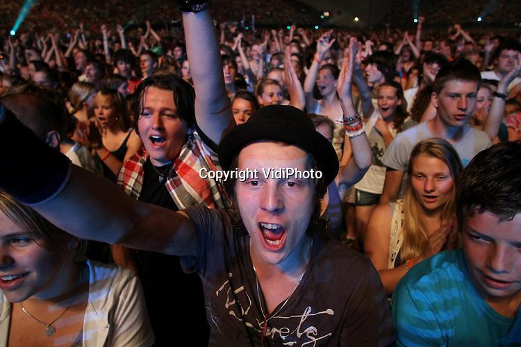 Foto: VidiPhoto..ARNHEM - In stadion Gelredome in Arnhem is zaterdag de 37e EO-jongerendag gehouden, waar ruim 30.000 jongeren bij aanwezig waren. Behalve concerten van  diverse (hard)rockbands, waren er sprekers, workshops en bezinningsmomenten. De dag werd geopend met een spectaculaire show en vuurwerk. Buiten konden de jongeren gratis condooms krijgen.
