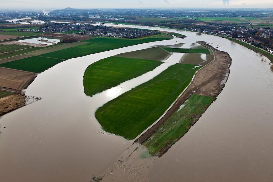 Nederland, Limburg, gemeente Maastricht, 15-11-2010. Daalderveld en Hooge Maas ten Noorden van Borgharen, bij hoogwater. De Maas vormt de grens met Belgie (rechts). De Grensmaas treedt bij hoogwater buiten zijn oevers en het water wordt ook via de uiterwaarden stroomafwaarts afgevoerd. Sinds de overstromingen in de jaren '90 is het dorp rondom voorzien van dijken. In het kader van het Grensmaasproject zullen de uiterwaarden (weerden) ten westen en ten noorden van het dorp afgegraven worden, de stroomgeul moet verbreed..Maas (Meuse) overflowing its banks, using the floodplains to flow downstream .Since the floods in the 90s, dikes have been build around village. Under the Grensmaas (Border Meuse) project, the Meuse floodplains (wards) north of the village have to be further excavated and the flow channel of the Meuse will be broadened.luchtfoto (toeslag), aerial photo (additional fee required).foto/photo Siebe Swart