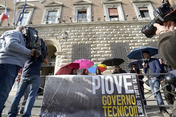 Roma, 22 Novembre 2012.Studenti in conferenza stampa sul corteo della scuola del 24 Novembre..Davanti il ministero di grazie e Giustizia con ombrelli e uno striscione con scritto : Piovegoverno tecnico. Liberi tutti, in riferimento agli arresti del 14 Novembre.