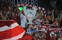 FUSSBALL   CHAMPIONS LEAGUE   SAISON 2011/2012  Qualifikation  23.08.2011 FC Zuerich - FC Bayern Muenchen FC Bayern Fans feiern den Einzug in die Champions League mit einem CHL Pokal aus Pappe