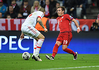FUSSBALL CHAMPIONS LEAGUE  SAISON 2015/2016 VIERTELFINALE HINSPIEL FC Bayern Muenchen - Benfica Lissabon         05.04.2016 Victor Lindeloef (li, Benfica Lissabon) gegen Mario Goetze (re, FC Bayern Muenchen)