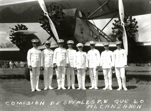 Rafael Leónidas Trujillo, de izquierda a derecha junto a la   Comisión de oficiales designada por el Presidente Horacio Vásquez que lo recibir a  Lindbergh, 1927. Col. AGN.