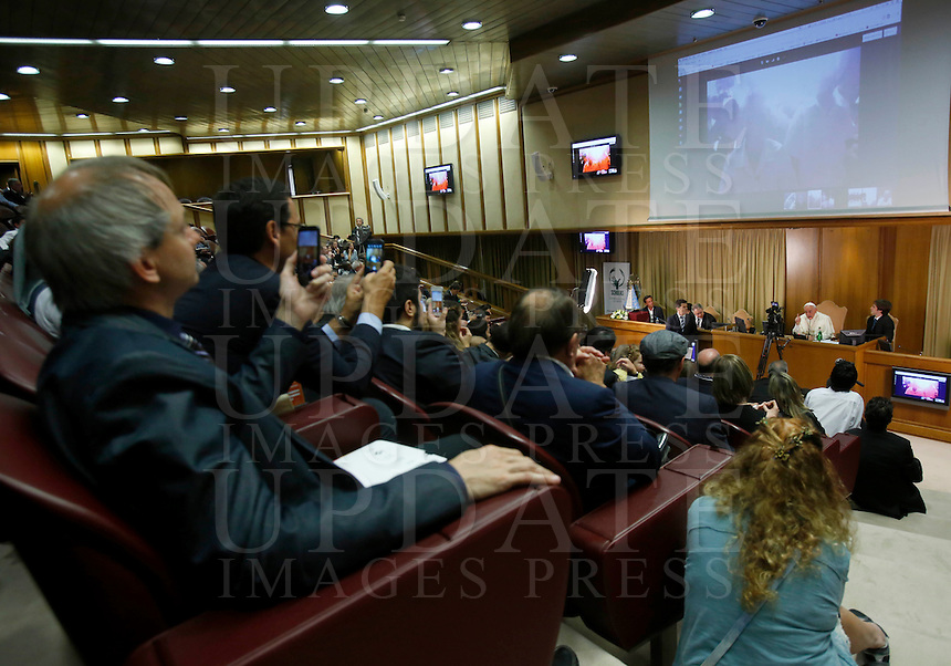 Papa Francesco riceve in udienza i partecipanti all'Incontro Mondiale dei Dirigenti di Scholas Occurentes, nell'Aula del Sinodo, Citta' del Vaticano, 4 settembre 2014.<br /> Pope Francis meets participants in the &quot;Scholas Occurentes&quot; executives world meeting, at the Vatican, 4 September 2014.<br /> UPDATE IMAGES PRESS/Riccardo De Luca<br /> <br /> STRICTLY ONLY FOR EDITORIAL USE