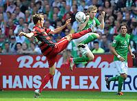 FUSSBALL   1. BUNDESLIGA   SAISON 2011/2012    3. SPIELTAG SV Werder Bremen - SC Freiburg                             20.08.2011 Julian SCHUSTER (li, Freiburg) vor Marko MARIN (re, Bremen)