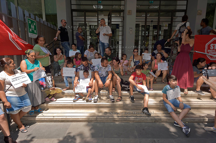Roma 16 Luglio 2015<br /> Protesta davanti l' assessorato alle politiche sociali delle famiglie rom sgomberate per due volte dall' insediamenti in via Val d Ala,quartiere Monte Sacro, i rom chiedono  soluzioni abitative dignitose e rivendicano trattamenti pi&ugrave; umani. Molti cartelli esposti facevano riferimento a mafia capitale ed al suo sfruttamento delle emergenze sociali.<br /> Rome 16 July 2015<br /> Protest in front of the 'Department for Social Policies of Roma families evicted twice from' settlements in via Val d'Ala, Monte Sacro district, the Roma ask dignified housing solutions and treatments claiming more human. Many exhibited signs were referring to mafia capital and its exploitation of social emergencies.