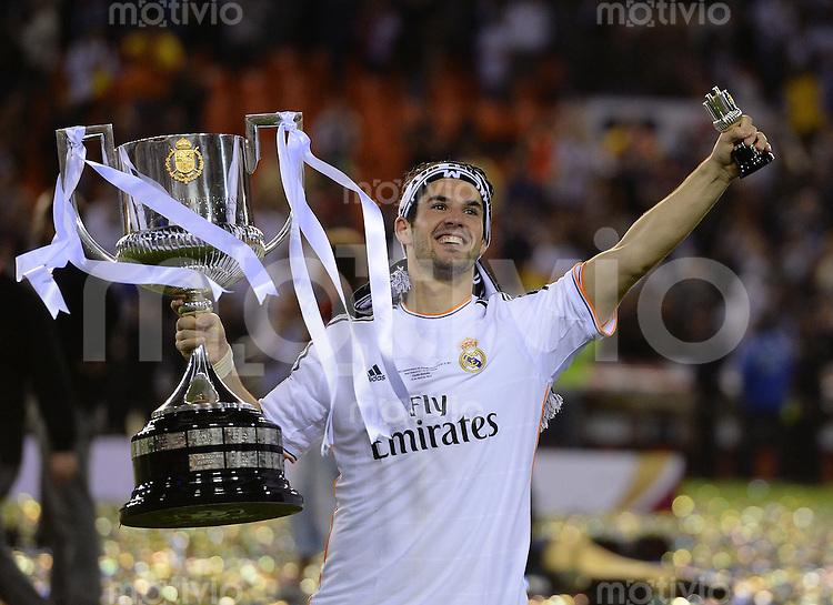 FUSSBALL  INTERNATIONAL Copa del Rey FINALE  2013/2014    FC Barcelona - Real Madrid            16.04.2014 Isco (Real Madrid) jubelt mit Pokal