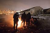 Geflüchtete an Feuern vor den Baracken, in denen sie leben. // Belgrad, Serbien - 19.01.2017 - Ungefähr 10000 Geflüchtete sitzen in Serbien fest. Durch die Schließung der Balkanroute können sie ihr Ziel nicht erreichen und sind auf die Grenzöffnung oder Schlepper angewiesen. Schlepper versprechen ihnen sie nach Kroatien oder Ungarn zu bringen und wollen dafür mehrere tausend Euro. Meist ist das erfolglos. Einige hundert Geflüchtete wohnen in Baracken am Belgrader Hauptbahnhof unter schlechten Bedingungen.