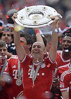 Fussball 1. Bundesliga   Saison  2012/2013   34. Spieltag   FC Bayern Muenchen  - FC Augsburg     11.05.2013 JUBEL; Deutscher Meister 2012/2013 FC Bayern Muenchen Arjen Robben mit Schale