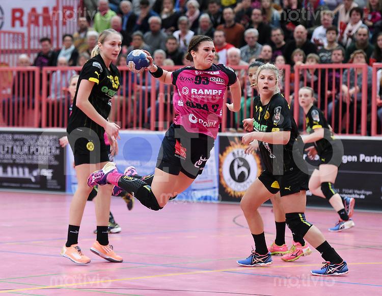 Handball 1. Bundesliga Frauen 2015/2016:   in der Paul Horn Arena Tuebingen TuS Metzingen - Borussia Dortmund     29.12.2015 Julia Behnke (Mitte, TuS) gegen  Nadja Nadgornaja (li, Borussia) und Saskia Weisheitel (re, Borussia)