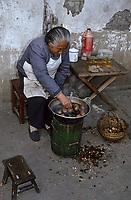 Asie/Chine/Jiangsu/Nankin/Quartier du temple de Confucius&nbsp;: Marchande d'oeufs de 1000 ans faisant cuire ces oeufs de cane<br /> PHOTO D'ARCHIVES // ARCHIVAL IMAGES<br /> CHINE 1990