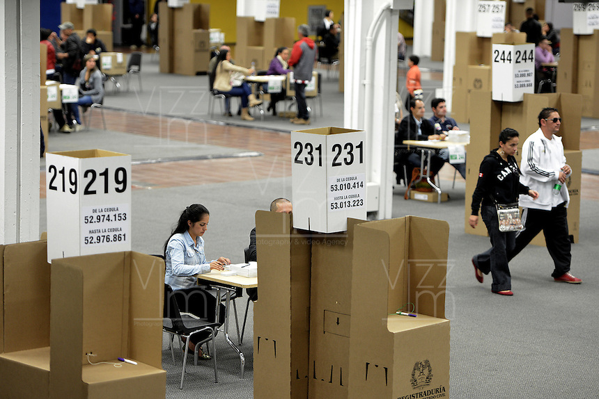 BOGOTÁ -COLOMBIA. 15-06-2014. Jurados electorales esperan votantes en el puesto de votación de Corferias Bogotá durante la segunda vuelta de la elección de Presidente y vicepresidente de Colombia que se realiza hoy 15 de junio de 2014 en todo el país./ Electoral juries expect voters in Corferias Bogota polling station during the second round of the election of President and vice President of Colombia that takes place today June 15, 2014 across the country. Photo: VizzorImage/ Gabriel Aponte / Staff