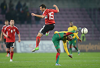 FUSSBALL   INTERNATIONAL   Testspiel    Albanien - Kamerun       14.11.2012 Achille Webo (re, Kamerun) gegen Mergim Mavraj (li, Albanien)
