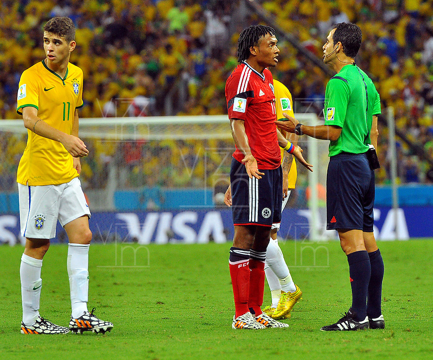 FORTALEZA - BRASIL -04-07-2014. Juan Cuadrado (#11) jugador de Colombia (COL) discute con el arbitro Carlos Velasco Carballo (ESP) durante partido de los cuartos de final con Brasil (BRA) por la Copa Mundial de la FIFA Brasil 2014 jugado en el estadio Castelao de Fortaleza./ Juan Cuadrado (#11) player of Colombia (COL) discuss with Carlos Velasco Carballo (ESP) referee during the match of the Quarter Finals against Brazil (BRA) for the 2014 FIFA World Cup Brazil played at Castelao stadium in Fortaleza: Photo: VizzorImage / Alfredo Gutiérrez / Contribuidor