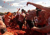 """SUTAMARCHÁN -COLOMBIA. 05-06-2016:  Sutamarchán, Boyacá, celebró la décima versión de """"La Gran Tomatina Colombiana"""" en donde se utilizaron alrededor de 32.000 kilos de tomates no aptos apra consumo humano para que los participantes se divirtieran. Este evento se realiza en honor al principal producto de la región: el tomate./ Sutamarchan, Boyaca, celebrated the tenth version of """"La Gran Tomatina Colombiana"""" . There were used more than 32.000 kg of tomatoes unfit for human consumption. This event is realized in honor of the main product of the region: The tomatoe. Photo: VizzorImage / Cesar Melgarejo / Cont"""