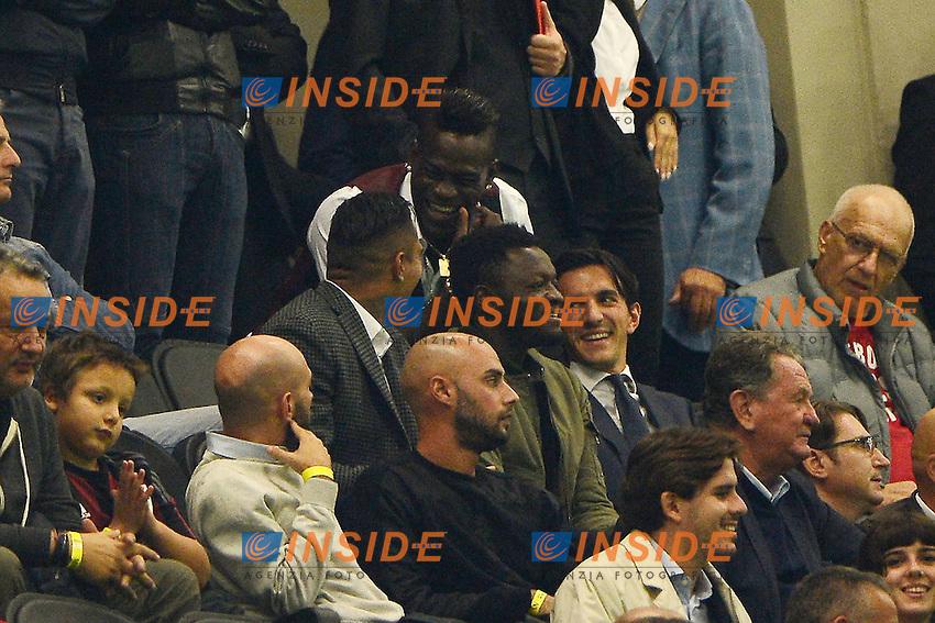 Mario Balotelli Milan ride in tribuna con Sulley Muntari e Kevin Prince Boateng<br /> Milano 4-10-2015 Stadio Giuseppe Meazza - Football Calcio Serie A Milan - Napoli. Foto Giuseppe Celeste / Insidefoto
