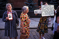 "Russia   1998.Sit-in dei Comunisti russi, davanti al Mausoleo, sulla Piazza Rossa a Mosca, dove è conservata la salma di Lenin, contro l'ipotesi della chiusura del mausoleo  e il trasferimento del corpo di Lenin nella tomba di famiglia di San Pietroburgo..Russia 1998.Sit-in of the Russian Communists in front of the mausoleum on Red Square in Moscow which houses the remains of Lenin against the hypothesis of the closure of the mausoleum  and transfer of Lenin's body in the family tomb in St. Petersburg. the banner reads: ""In Lenin respect the man who has used all his strength, with the full sacrifice of his personality,for the accomplishment of social justice..the people like him are the guardians and reformers of the consciousness of humanity."" Albert Einstein"