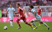 Fussball  1. Bundesliga  Saison 2013/2014  9. Spieltag FC Bayern Muenchen - 1. FSV Mainz     19.10.2013 Mario Goetze (li, FC Bayern Muenchen) am Ball gegen Julian Baumgartlinger (FSV Mainz 05)