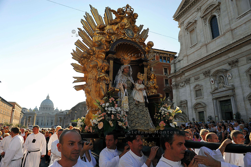 Roma 12 Luglio 2009...Venerabile Confraternita dello Scapolare di Santa Maria del Monte Carmelo in Traspontina fondata nel 1527 a Roma.  I Solenni Festeggiamenti e la processione in onore della Madonna del Carmine dalla Chiesa Santa Maria del Carmelo in Traspontina..The Solemn Celebrations and processions in honor of Madonna del Carmine..http://www.parrocchiatraspontina.it/
