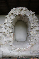 ARCH<br /> Section Of A Water Main With A Roman Arch<br /> The Roman arch contains voussoirs, or bricks. The keystone is the center voussoir that supports the other bricks. The push or thrust of the cemented voussoirs push outward and downward in the arch.