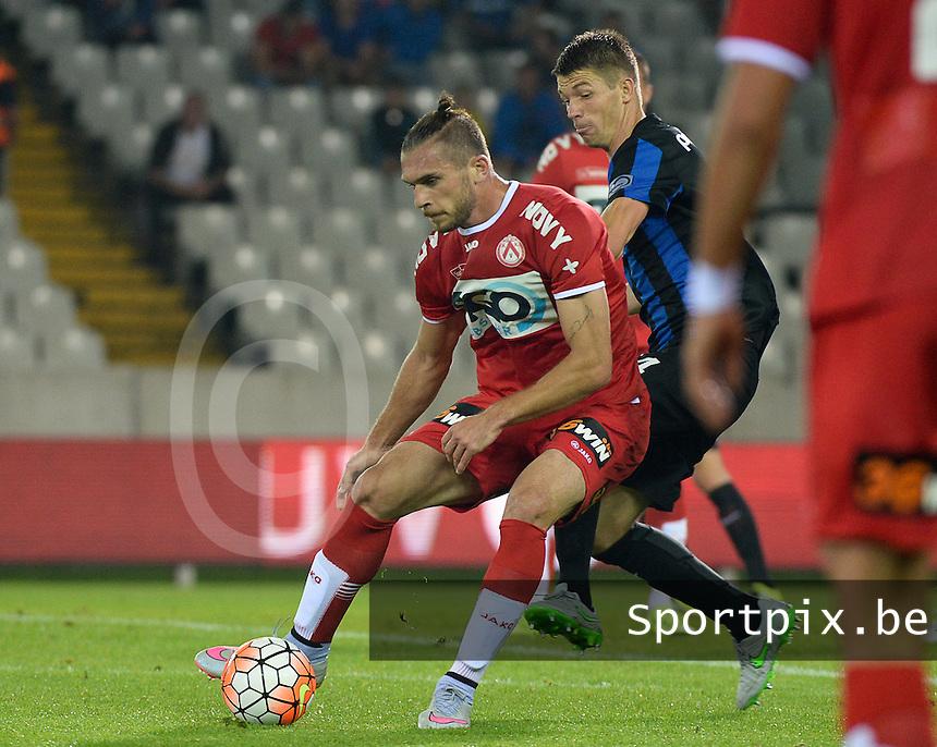 Club Brugge - KV Kortrijk : Thanasis Papazoglou (l) aan de bal voor Brandon Mechele (r) <br /> Foto VDB / Bart Vandenbroucke