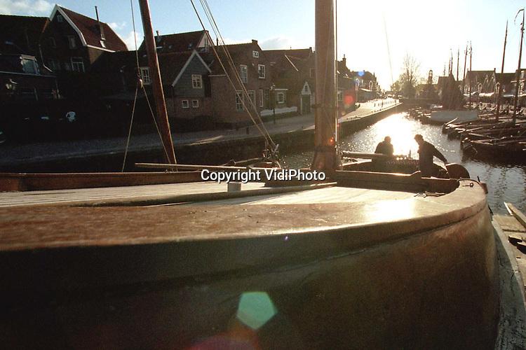 Foto: VidiPhoto..SPAKENBURG - Na het zeilseizoen komt het timmerseizoen. Voor scheepstimmerwerf Nieuwboer in Spakenburg is er de komende maanden genoeg te doen. Ieder jaar worden er zo'n vijftien historische Zuiderzeebotters gerepareerd of gerestaureerd, waarvan het merendeel in het najaar en de winter. Van de ongeveer 80 nog varende Zuiderzeebotters liggen er zo'n 20 in de haven van Spakenburg. Scheepstimmerwerf Nieuwboer is voor 90 procent afhankelijk van herstelwerk aan oude botters.