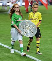 FUSSBALL   1. BUNDESLIGA   SAISON 2012/2013   1. SPIELTAG Borussia Dortmund - SV Werder Bremen                  24.08.2012      Zwei Kinder tragen im Trikot von Werder Bremen und Borussia Dortmund die Meisterschale ins Stadion.