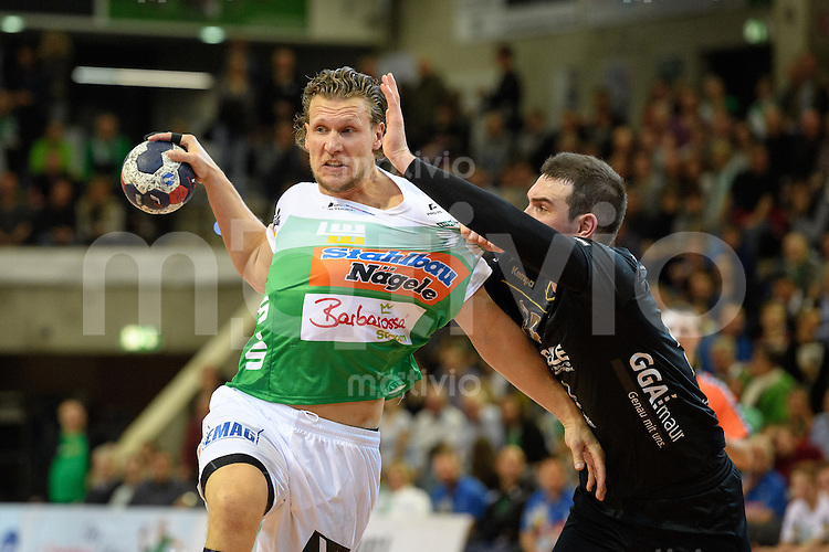 links Lars Kaufmann (FAG) beim Wurf gegen rechts Michal Svajlen (Pfadi)