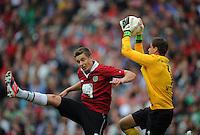 FUSSBALL   1. BUNDESLIGA   SAISON 2012/2013   3. SPIELTAG Hannover 96 - SV Werder Bremen     15.09.2012 Artur Sobiech (li, Hannover 96) gegen Sebastian Mielitz (re, SV Werder Bremen)