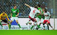FUSSBALL   1. BUNDESLIGA   SAISON 2012/2013   4. SPIELTAG SV Werder Bremen - VfB Stuttgart                         23.09.2012        Szene zum 2:2: Georg Niedermeier (Mitte) setzt sich durch und legt fuer Cacau (re, beide VfB Stuttgart) auf.
