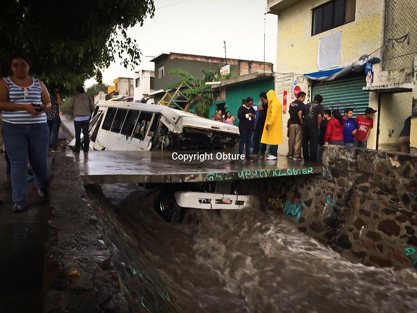 Quer&eacute;taro, Qro. 1 de septiembre de 2015.- Dos camiones de pasajeros fueron arrastrados por la corriente de agua al intentar cruzar una torrentera en la colonia San Pedrito Pe&ntilde;uelas, en ambos casos los choferes escaparon del lugar, no hubo personas lesionadas.<br /> <br /> Foto: Obture