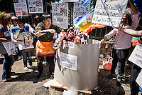 Manifestazione contro la strage di cani e gatti in Cina per la festa Yulin