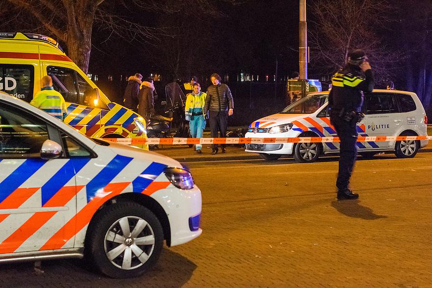 Nederland, Den Haag, 4 dec 2013<br /> Ongeval op de Bezuidenhoutseweg met een scooter.<br /> Er zijn gewonden, de politie is aanwezig met zwaailichten en heeft de plek afgezet met een lint. Een ambulance is ook aanwezig. <br /> Foto: (c) Michiel Wijnbergh