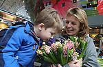 Foto: VidiPhoto<br /> <br /> Rotterdam - Volop lente woensdag in de Rotterdamse Markthal, waar jong en oud door bloemiste Gerdien van Olphen van Kas Vers Geplukt, verrast werden met een zee van geurende hyacinten. De voorjaarsbloemen worden dagelijks vers aangeleverd, rechtstreeks door de Gebr. Van der Slot uit Noordwijkerhout, die onlangs uitgeroepen werden tot nationaal Top Teler vanwege hun duurzame wijze van kweken. Om de start van het hyacintenseizoen te vieren, mochten bezoekers van de Markthal de geurverschillen per kleur zelf ervaren. De geurtest viel bij de Markthalbezoekers in zeer goede smaak, waarbij de lichtroze variant met stip als lekkerst ruikende lentebloem werd verkozen. De hyacint is als voorjaarsbloeier vooral bekend om zijn lekkere parfum. Tot en met begin mei wordt er een recordaantal van 45 miljoen Nederlandse snijhycinten wereldwijd verkocht.