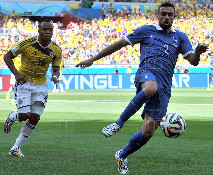 BELO HORIZONTE - BRASIL -14-06-2014. Camilo Zuñiga (Izq) jugador de Colombia (COL) disputa un balón con Ioannis Maniatis (Der) jugador de Grecia (GRC) durante partido del Grupo C de la Copa Mundial de la FIFA Brasil 2014 jugado en el estadio Mineirao de Belo Horizonte./ Camilo Zuñiga (L) player of Colombia (COL) fights the ball with Ioannis Maniatis (R) player of Grece (GRC) during the macth of the Group C of the 2014 FIFA World Cup Brazil played at Mineirao stadium in Belo Horizonte. Photo: VizzorImage / Alfredo Gutiérrez / Contribuidor
