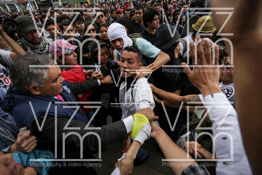 BOGOTÁ - COLOMBIA, 17-03-2016: Miles de personas salieron a las calles de la ciudad de Bogotá hoy, 17 de marzo de 2016, en el marco del paro nacional convocado por los sindicatos para protestar por las políticas económicas y sociales del presidente Santos. / Thousand of people go out to streets of Bogota city today, March 17 2016, user the national strike called  by unions to protest against economic and social policies of the president Santos. Photo: VizzorImage / Ivan Valencia / CONT