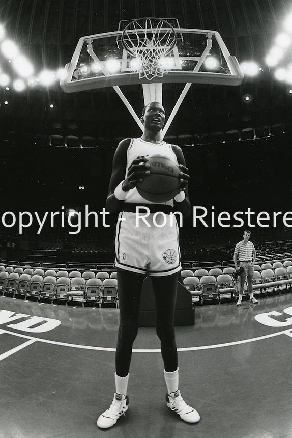 Golden State Warrior center Manute Bol 1989<br />(photo/Ron Riesterer/photoshelter)
