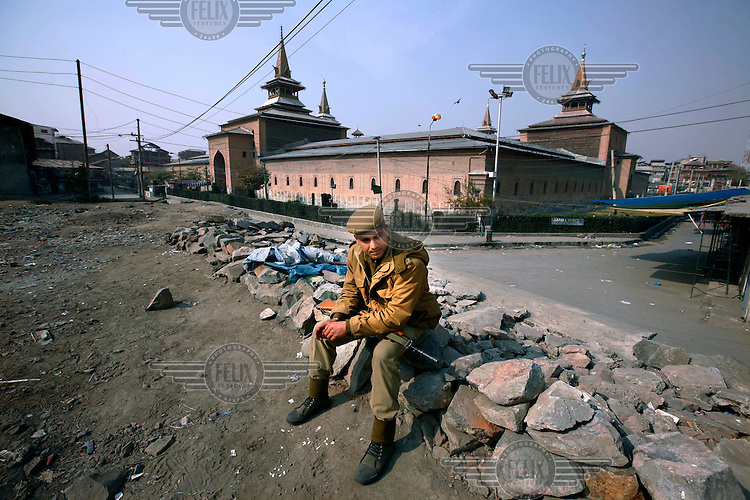 Jamia Mashid mosque where paramilitary police imposed a curfew to stop separists gather for a political demonstration in Srinagar, Kashmir, India. © Fredrik Naumann/Felix Features