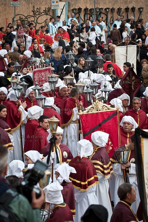 L'attesa degli incapucciati fuori del duomo. La processione del Venerdì santo (o del Cristo morto) a Chieti è la più antica d'Italia. La sua origine, risalirebbe all'842 d.C. Photo: Adamo Di Loreto/BuenaVista*photo