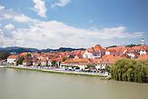 Ansicht der Altstadt von Maribor am Ufer der Drava (Drau) / view of the old city of Maribor on the banks of Drava river / 18.6.2011/ Foto: Robert B. Fishman, ecomedia,