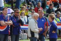 FIERLJEPPEN: IT HEIDENSKIP: 23-08-2014, Nederlands Kampioenschap Fierljeppen, overleg TC-ers en scheidsrechter, achter Willem Fonk (bril), ©foto Martin de Jong