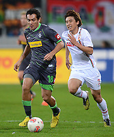 FUSSBALL   1. BUNDESLIGA  SAISON 2012/2013   13. Spieltag FC Augsburg - Borussia Moenchengladbach           25.11.2012 Juan Arango (li, Borussia Moenchengladbach) gegen Koo Ja Cheol  (FC Augsburg)